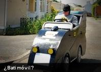 Curioso: hombre convierte su silla de ruedas en Batimóvil