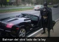 La policía detiene a un hombre vestido de Batman