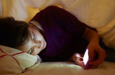 Conoce los riesgos de dormir con el móvil encendido