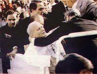 El atentado a Juan Pablo II: Flores y un perdón