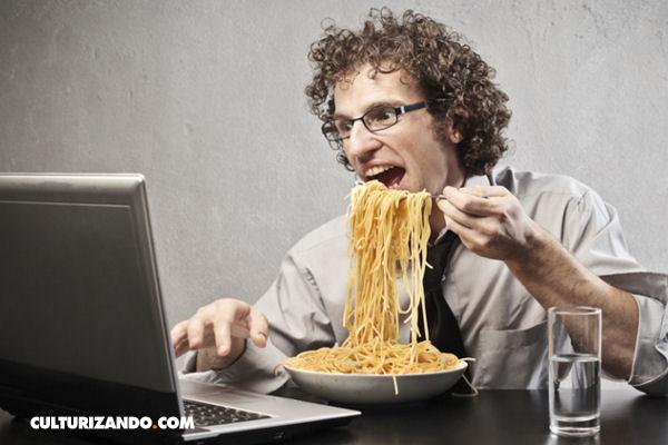 ¿Por qué es malo comer frente al computador o televisión?