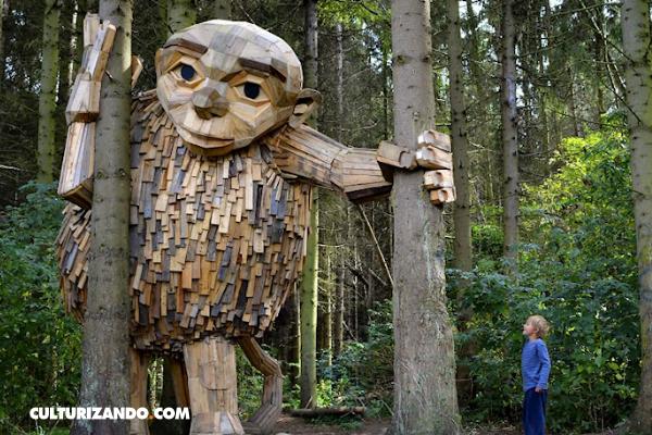 El artista que esconde gigantes de madera en los bosques de Dinamarca (+Video)