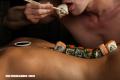 Nyotaimori, la práctica de comer sushi sobre personas desnudas
