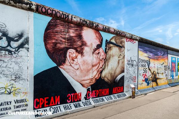 """¿A qué se le llamó el """"Beso fraternal socialista""""?"""