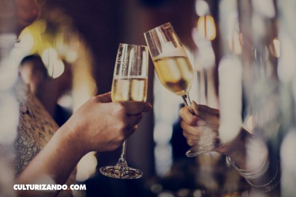 ¿Por qué se chocan las copas al brindar?