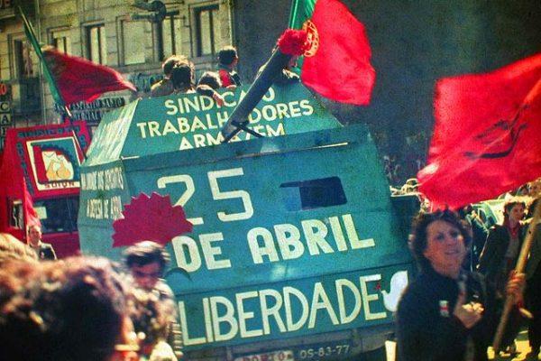La Revolución de los Claveles: El día que la libertad no costó vidas