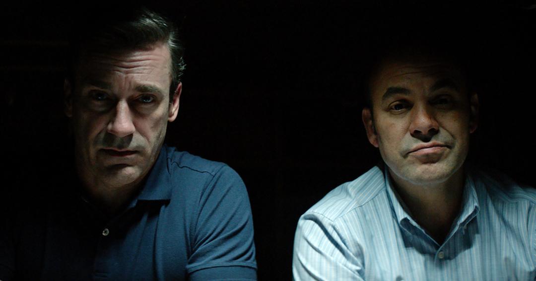 Jon Hamm como Tom Shaw y Ian Gomez como Dan Bennet en 'RICHARD JEWEL' de Wener Bros. Pictures