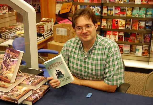 Conoce a Brandon Sanderson, el talentoso autor de fantasía que necesitas leer