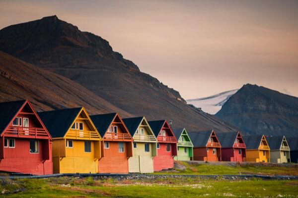 ¿Superstición o ciencia? Longyearbyen, el pequeño pueblo de Noruega donde está prohibido enterrar a los muertos