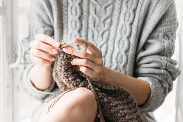 Tejer para relajarte: ¡Descubre los beneficios de la lanaterapia!