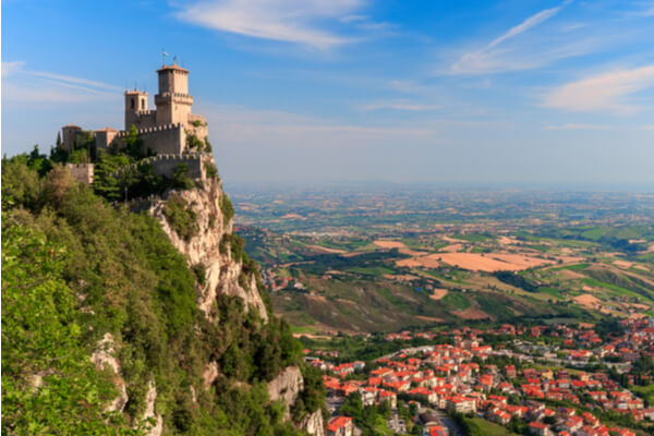 https://www.shutterstock.com/es/image-photo/san-marino-city-view-fortress-on-1126779374