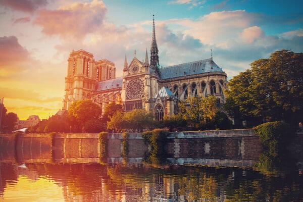 El escritor que salvó la catedral de Notre Dame con su novela
