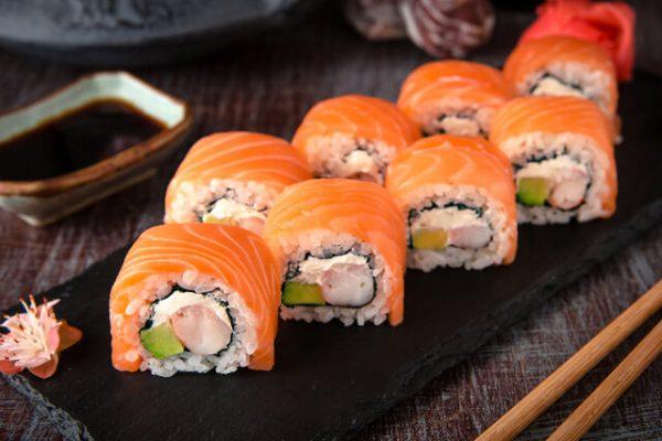 ¿Sabes cómo nació el sushi de salmón?